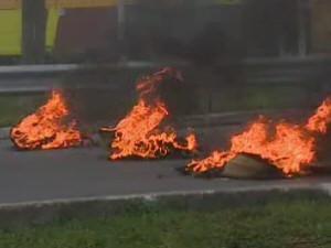 Manifestantes atearam fogo em pneus (Foto: Reprodução / TV Vanguarda)