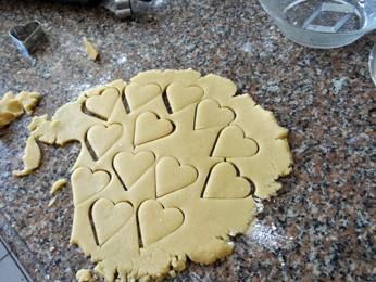 Corte os biscoitinhos. (Foto: Katherine Coutinho/G1)