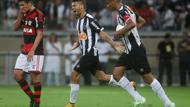 Cáceres e Carlos Flamengo x Atlético-MG (Foto: João Godinho / Ag. Estado)
