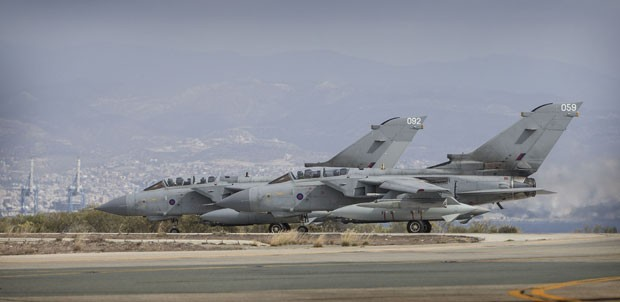 Os caças Tornado da Royal Air Force (RAF) britânica são vistos ainda em solo em base no Chipre neste sábado (27) (Foto: Cpl Neil Bryden/Ministry of Defence/Reuters )