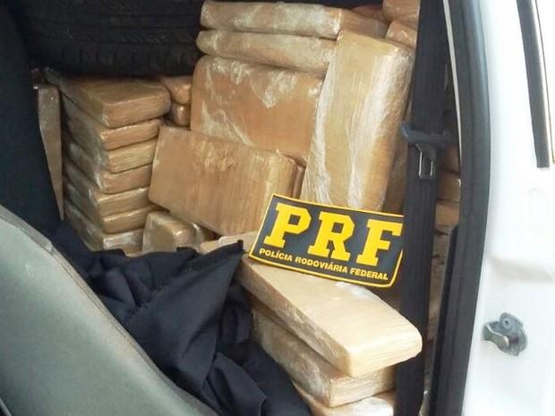 Dentro de caminhonete também havia tabletes da droga (Foto: PRF/Divulgação)
