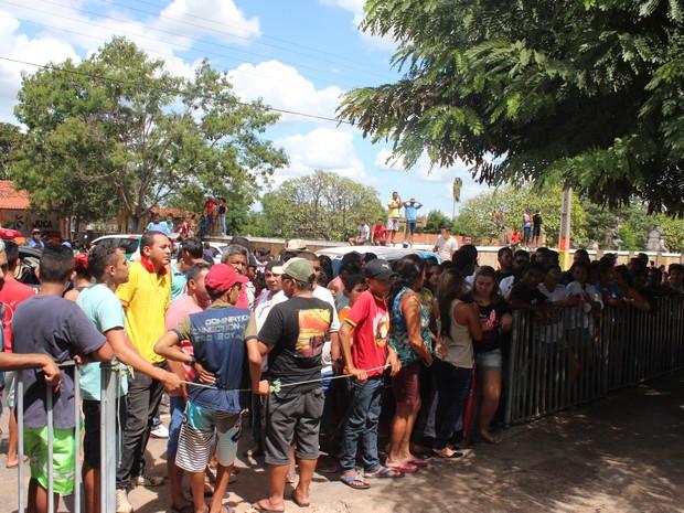 Moradores se aglomeraram em frente à delegacia em Castelo (Foto: Catarina Costa/G1)