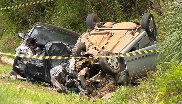 Acidente deixou uma pessoa morta e duas feridas no Sul do RS (Foto: Reprodução/RBS TV)
