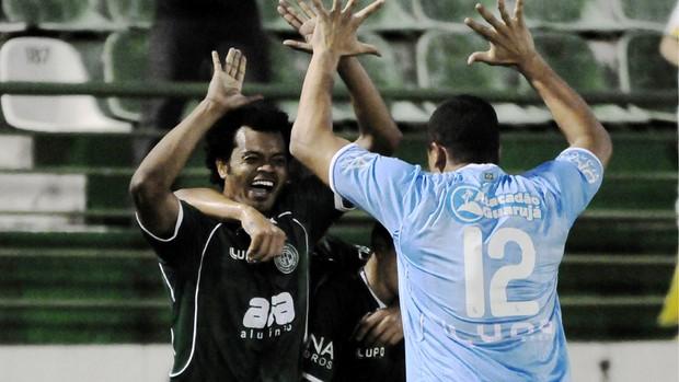 Renato Ribeiro cumprimenta o goleiro Juliano, na vitória do Guarani sobre o Atlético-PR (Foto: Rodrigo Villalba / Memory Press)