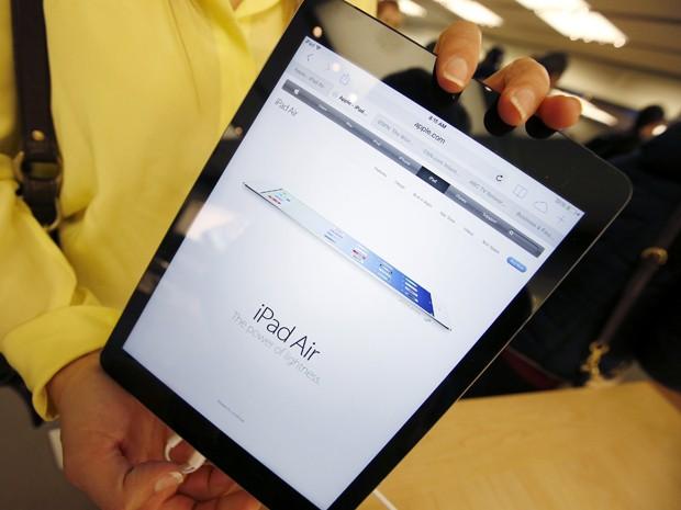 Novo iPad Air é fotografado em loja da Apple em Nova York (Foto: Mike Segar/Reuters)