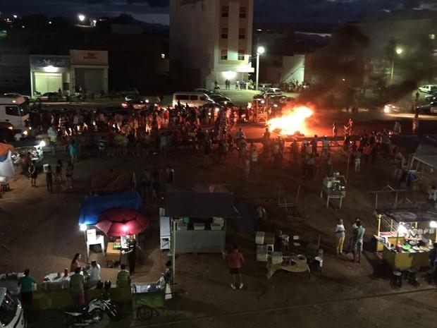 Manifestantes bloqueiam BR-104  (Foto: Ney Lima/Avant Midia)