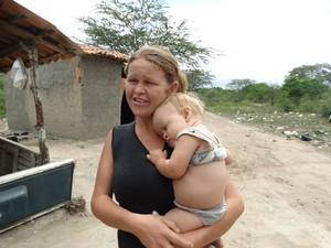 Agricultora Janilda Maria Regina da Conceição estava em casa na hora do tremor (Foto: Paula Cavalcante/ G1)