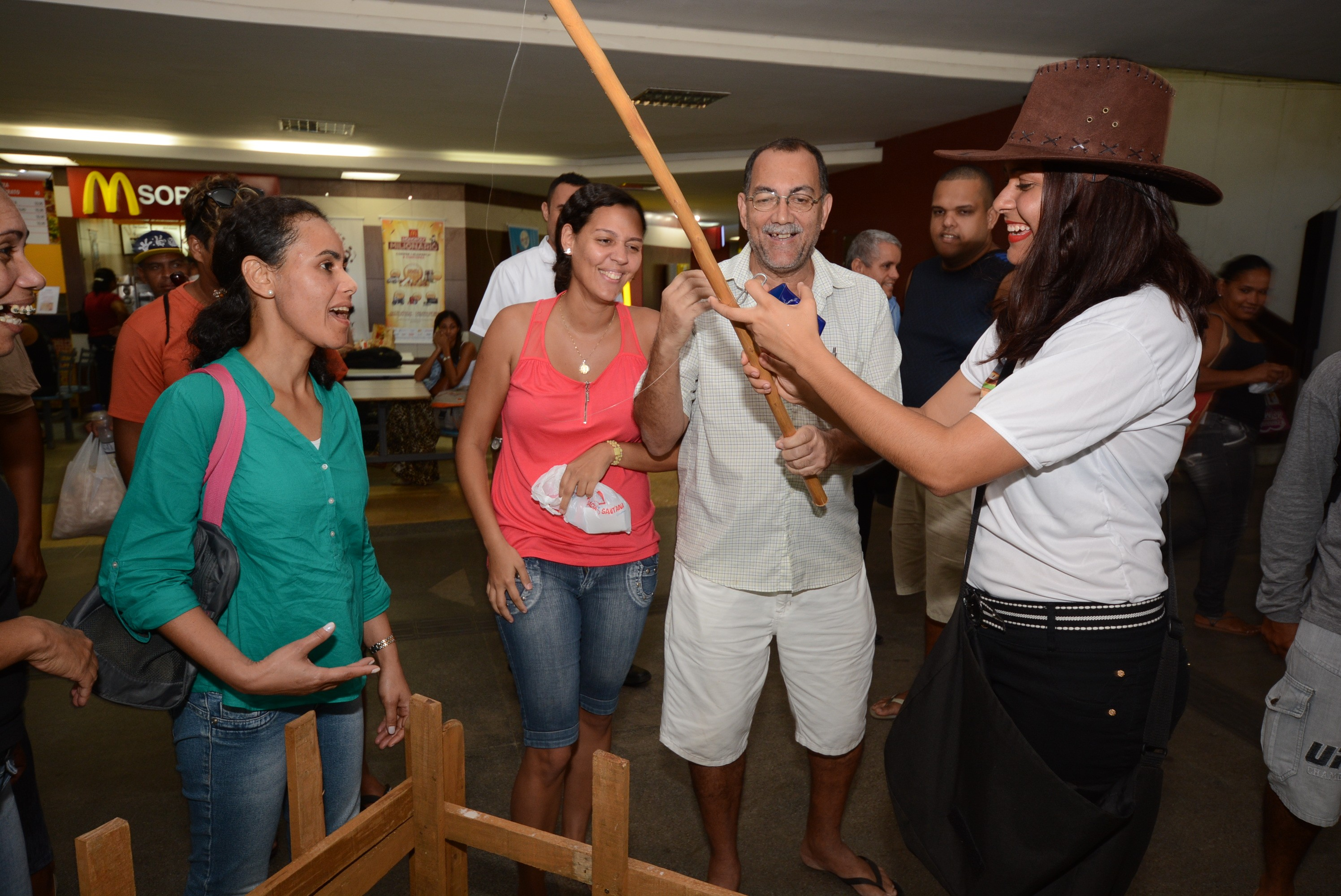 O público da Estação Rodoviária parou para conhecer a ação (Foto: Eli Cruz)