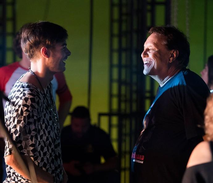 Rafael Vitti e o diretor Dennis Carvalho conversam nos bastidores das gravações (Foto: Globo/Cévar Alves)