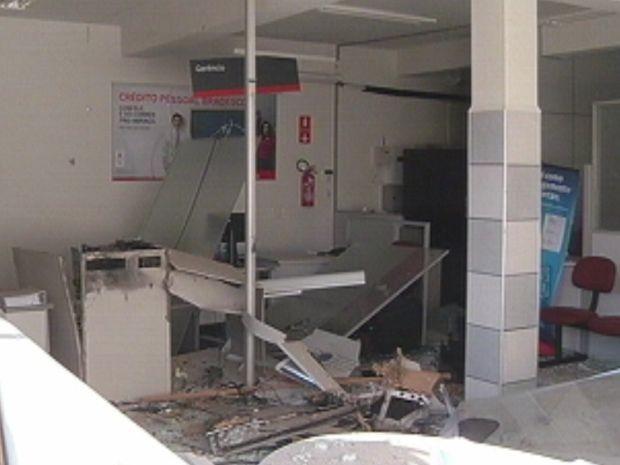 Explosão atingiu três agências bancárias em Areiópolis  (Foto: reprodução/TV Tem)