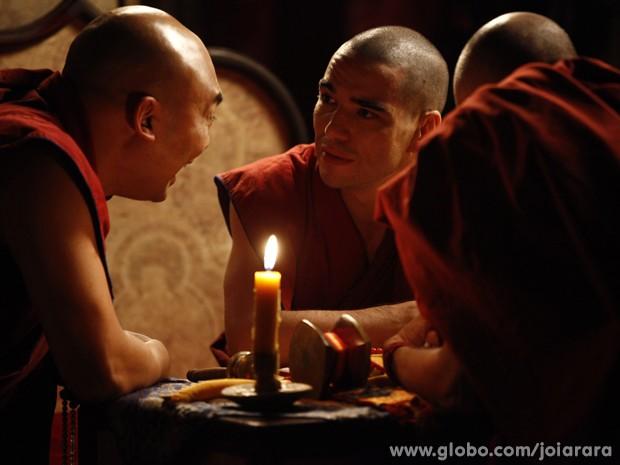 Sonan descobre que Ananda Rinpoche nasceu no Rio de Janeiro (Foto: Joia Rara/ TV Globo)