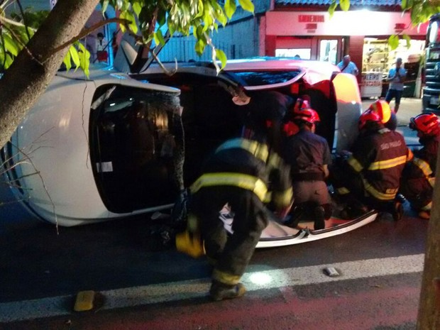 Acidente deixou uma mulher ferida (Foto: Fábio Tito/G1)