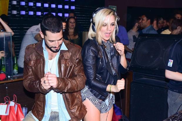 Natallia Rodrigues e namorado comemorando aniversário em festa (Foto: Leo Franco / AgNews)