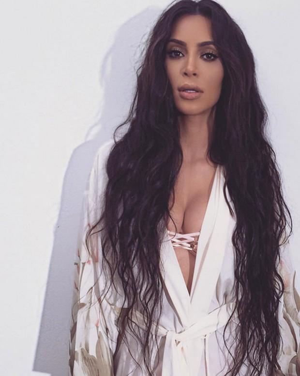 Kim Kardashian posa decotada e com cabelão para foto (Foto: Instagram/ Reprodução)