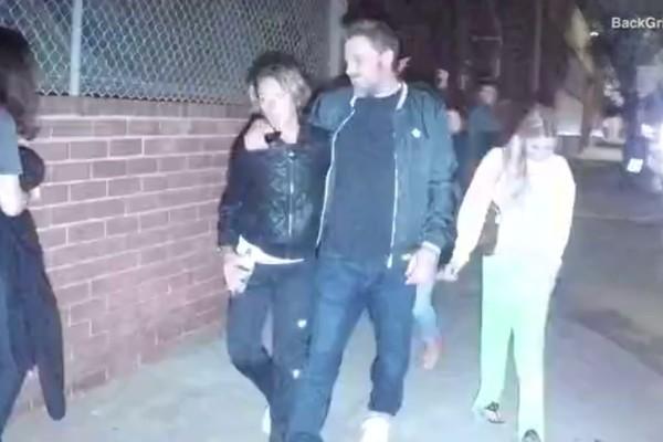 Imprensa registrou o momento no qual Ben Affleck saiu do centro de reabilitação em Los Angeles (Foto: Reprodução/DailyMail/BackGrid)