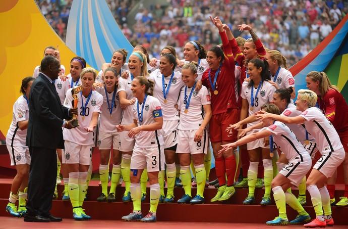 Entrega do troféu aos EUA (Foto: Agência Reuters)