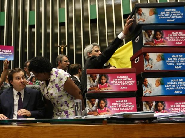 Parlamentares de oposição entregam um abaixo-assinado contra a PEC 241, que estabelece limites para os gastos públicos por 20 anos, ao presidente da Câmara, Rodrigo Maia, durante sessão em Brasília (Foto: Fabio Pozzebom/Agência Brasil)