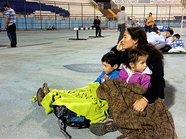 Pessoas buscam refúgio em estádio após um terremoto de magnitude 8 e um alerta de tsunami  no Chile. (Foto: Aldo Solimano/AFP)
