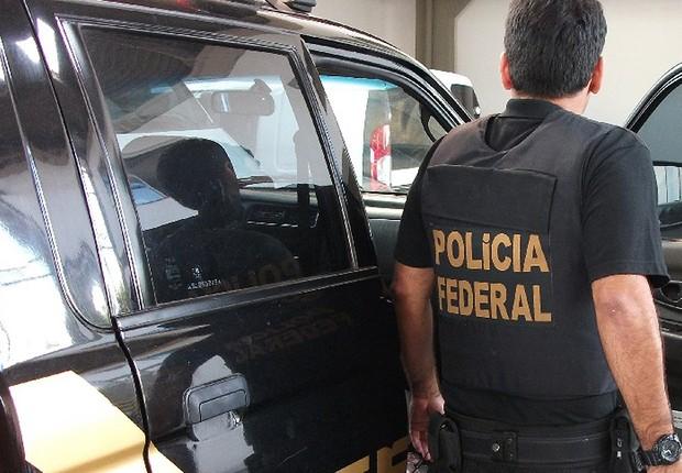 Agente da Polícia Federal conduz buscas e apreensão durante a Operação Zelotes (Foto: Wilson Dias/Agência Brasil)
