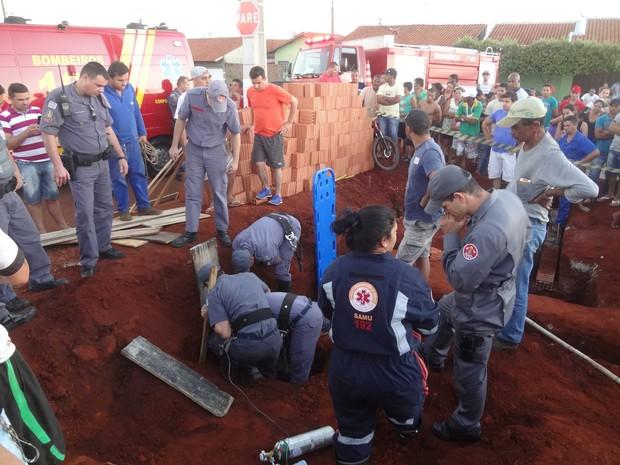 Resgate contou com equipes dos bombeiros, da PM e do Samu (Foto: José Carlos Bizaia/TV Super Ativa)