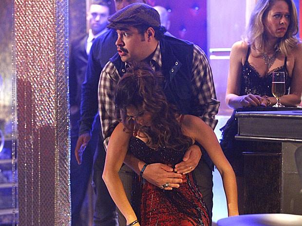 Demir se desepera ao segurar Morena em seus braços (Foto: Salve Jorge/TV Globo)