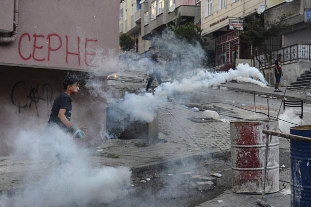 Militantes de esquerda protestam em Istambul, neste domingo, contra a operação da Turquia contra os militantes curdos  (Foto: AP Photo/Cagdas Erdogan)