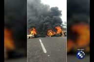 Moradores da Alameda Moça Bonita interditaram o Km 02 da BR