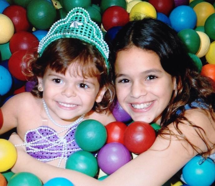 Luana Marquezine pequenininha junto com a irmã Bruna (Foto: Arquivo Pessoal)