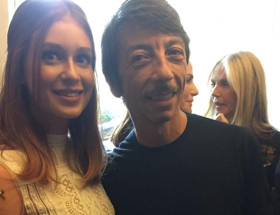 A atriz com o estilista da marca, Pier Paolo Piccioli (Foto: Bruno Astuto)