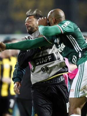 Felipe Melo dá soco em Matias Mier na briga de Peñarol x Palmeiras