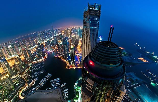 O avião parece passar bem perto das torres de Dubai (Foto: Reprodução/Karim Nafani )