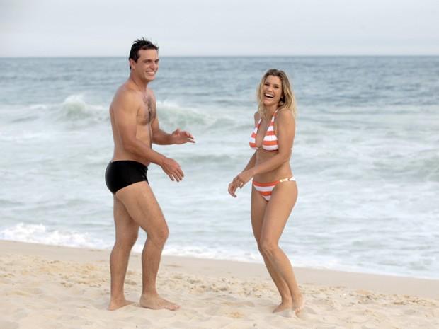 A dupla mostra bom humor durante a gravação na praia (Foto: Salve Jorge/TV Globo)