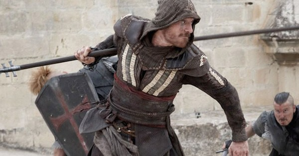 O ator Michael Fassbender em cena do trailer de 'Assassin's Creed' (Foto: Reprodução)