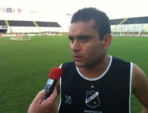 Renatinho Potiguar concede entrevista após treino (Foto: Jocaff Souza/Globoesporte.com)