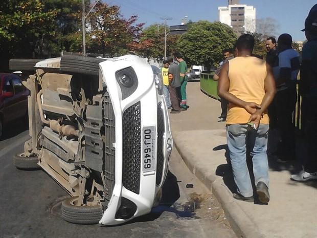 Acidente na manhã desta quinta-feira (7) na Avendida Sanitária em Montes Claros. (Foto: Davisson Freitas)