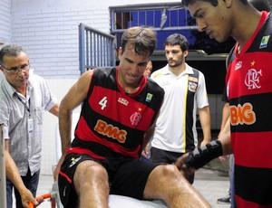 Marcelinho Machado, do Flamengo, sai do Ginásio do Tartarugão na maca (Foto: Fábio Vicentini/A Gazeta)