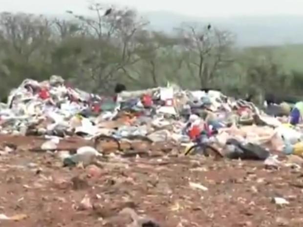 Segundo Cetesb o local não tem condições para receber cerca de 20 toneladas de lixo por dia  (Foto: Reprodução / TV TEM)
