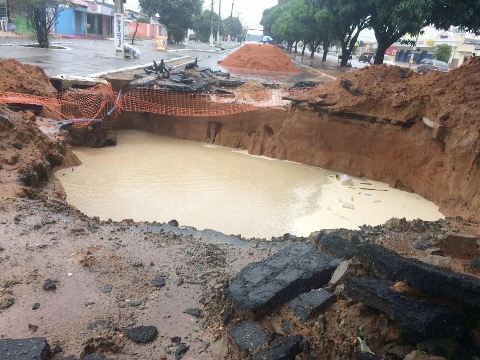 Na avenida Itapetinga, a cratera que se abriu no início do mês aumentou de tamanho (Foto: Michelle Rincon/Inter TV Cabugi)