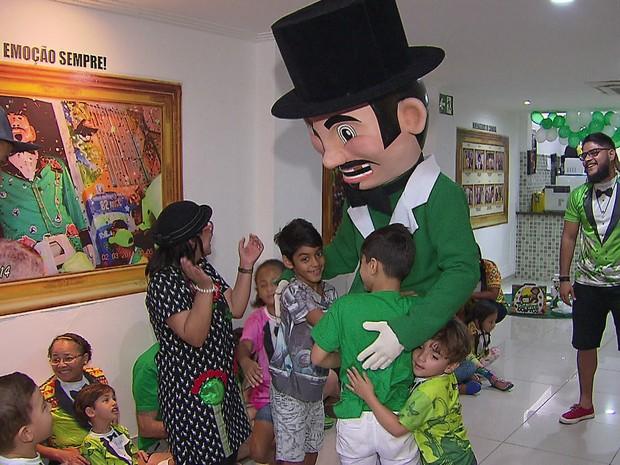 Calunguinha, mascote infantil do Homem da Meia-Noite, é recebido pelas crianças na sede da agremiação (Foto: Reprodução/TV Globo)