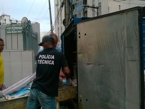 Corpo de vítima morta foi retirado do local por volta das 15h20, Salvador, Bahia (Foto: Henrique Mendes/ G1)