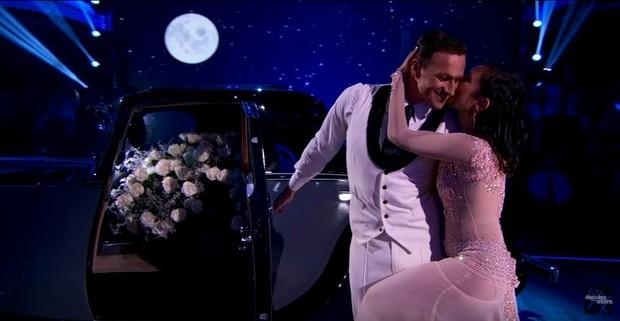 Ryan Lochte e Cheryl Burke durante apresentação de dança (Foto: Reprodução / Youtube / Dancing with the Stars)