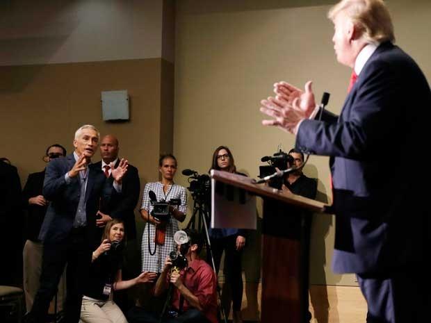Jornalista da Univision Jorge Ramos, à esquerda, e o pré-candidato republicano à Casa Branca, Donald Trump (Foto: Charlie Neibergall / AP Photo)