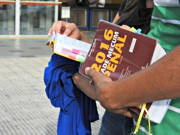 Candidatos realizaram prova neste domingo (18) em Manaus (Foto: Ísis Capistrano/ G1 AM)