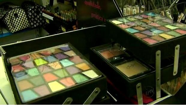 Mulheres sofrem com os problemas de pele por causa da maquiagem (Foto: Reprodução EPTV)