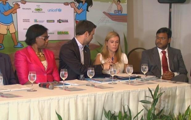 Autoridades políticas de Boa Vista e coordenadores do programa assinam o termo de compromisso do programa (Foto: Roraima TV)