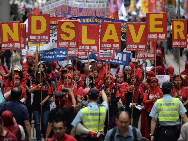 Trabalhadores migrantes da Indonésia pedem fim da escravidão em manifestação realizada em Hong Kong. (Foto: Anthony Wallace / AFP Photo)