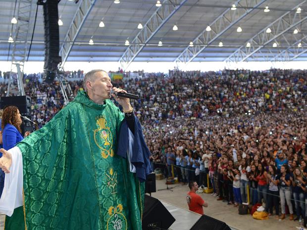 Padre Marcelo volta a comunidade após seis anos e atrai multidão (Foto: Wesley Almeida / Canção Nova)