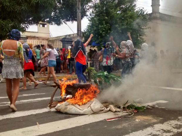 Famílias bloquearam via ao lado da cadeia pública para protestar por informações (Foto: Suelen Gonçalves/G1 AM)