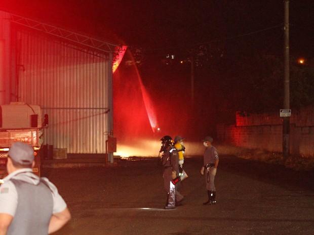 Indústria de São Carlos ficou interditada por uma hora e meia por causa do vazamento (Foto: Maurício Duch)