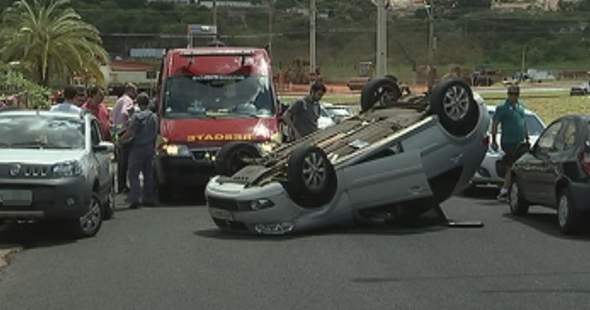 Motorista capota carro no meio de avenida em Rio Preto - Globo.com
